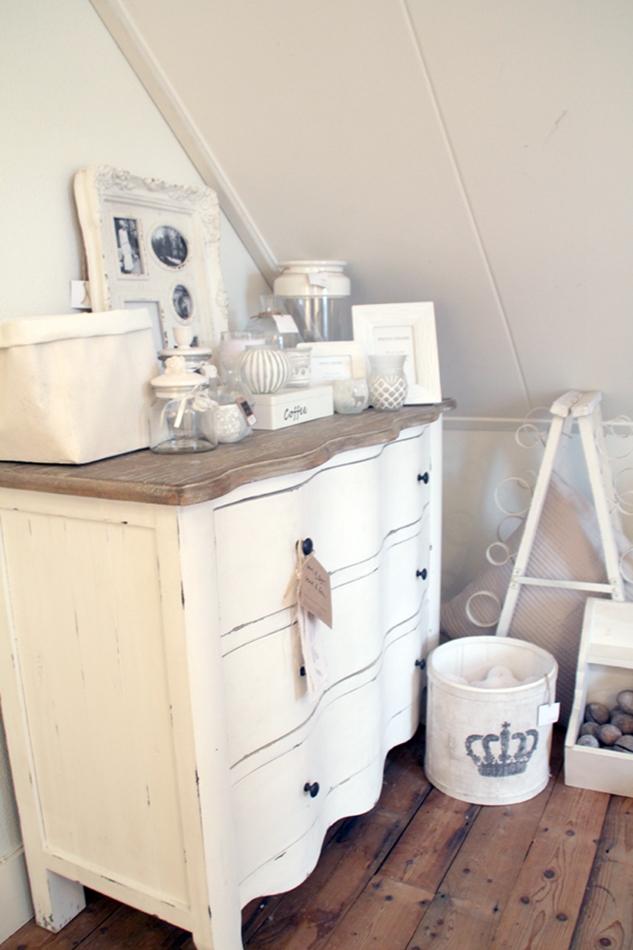 weiße Kommode mit weißen Wohnaccessoires