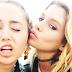 Stella Maxwell explica como conoció a Miley Cyrus.