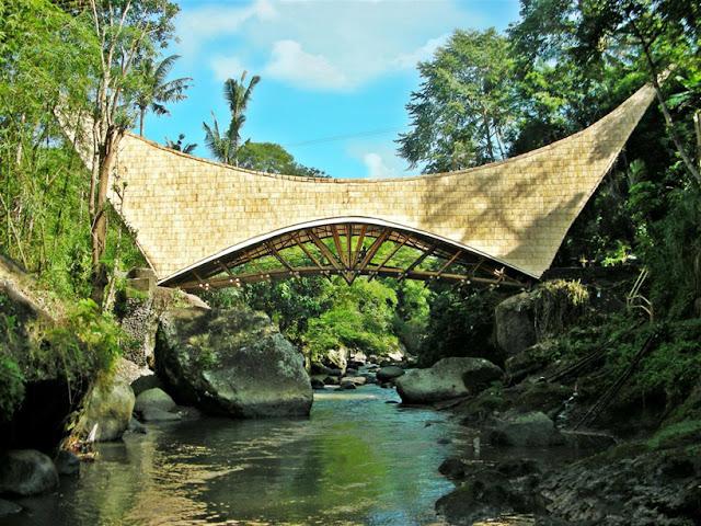 Un puente de bambú para una escuela verde