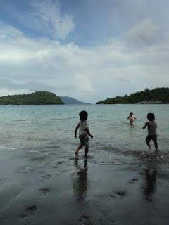 anak bermain di pantai
