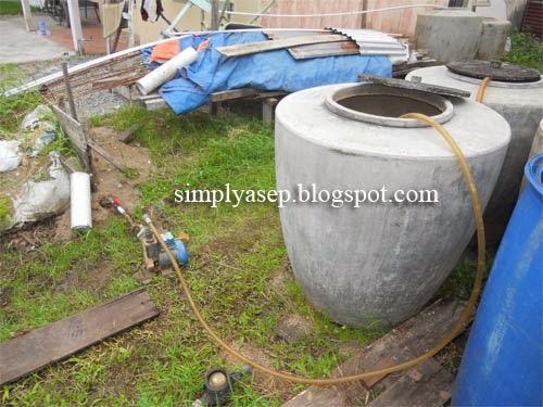 Gentong Air menampung air dari kolam. Foto Asep Haryono