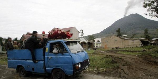 Ribuan Warga Mengungsi Akibat Sinabung Meletus