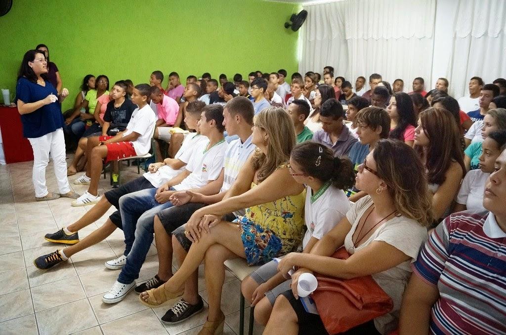 Alunos da EJA Diurna da Escola Presidente Bernardes participam da palestra da psicóloga Érika Neves