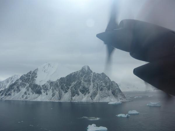 Sobrevolando suelo antártico