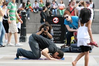 Seorang muslim shalat di Trafalgar Square, London, Inggris
