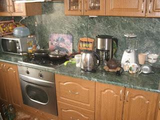В квартире встроенная кухня с техникой фото