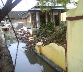 Tembok SDN Bugis Roboh Dihantam Banjir