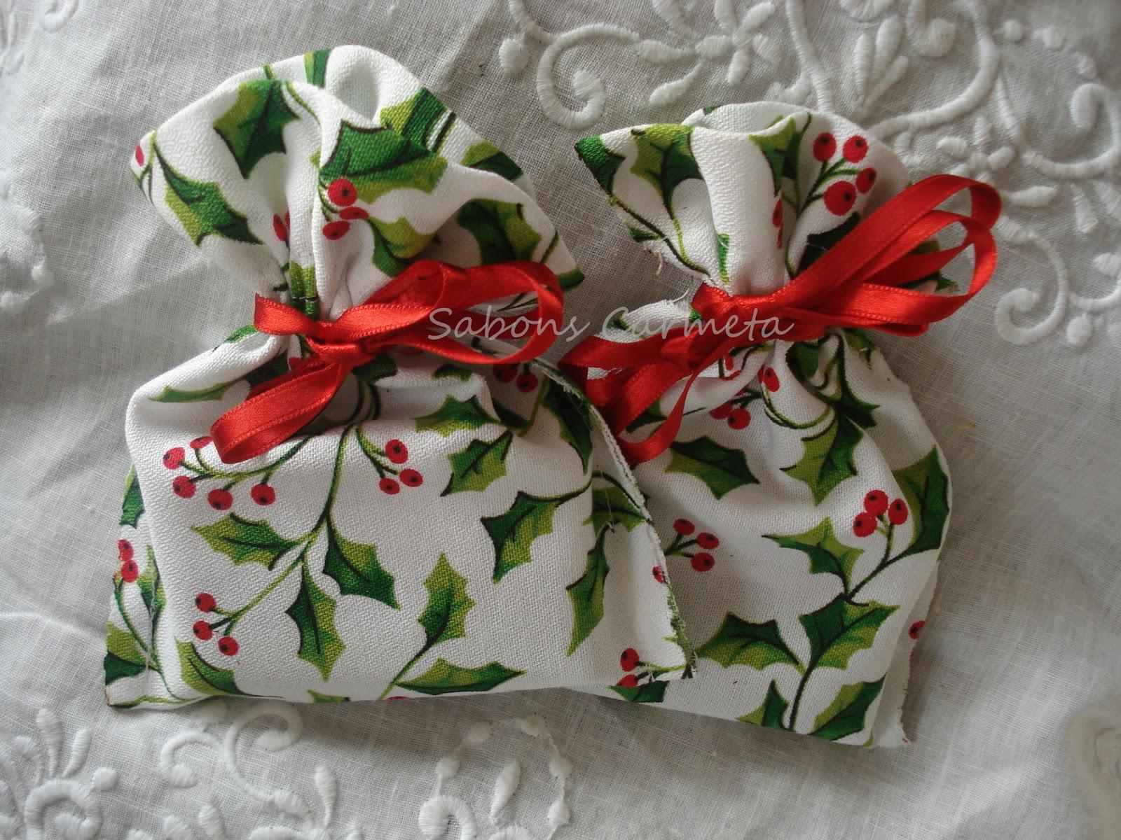 bolsitas hechas a mano de tela navidea con un jabn listas para regalar