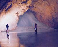 Le saviez-vous?Les 5 endroits les plus étranges et magnifiques sur Terre Cascade-de-glace-alpes-grotte