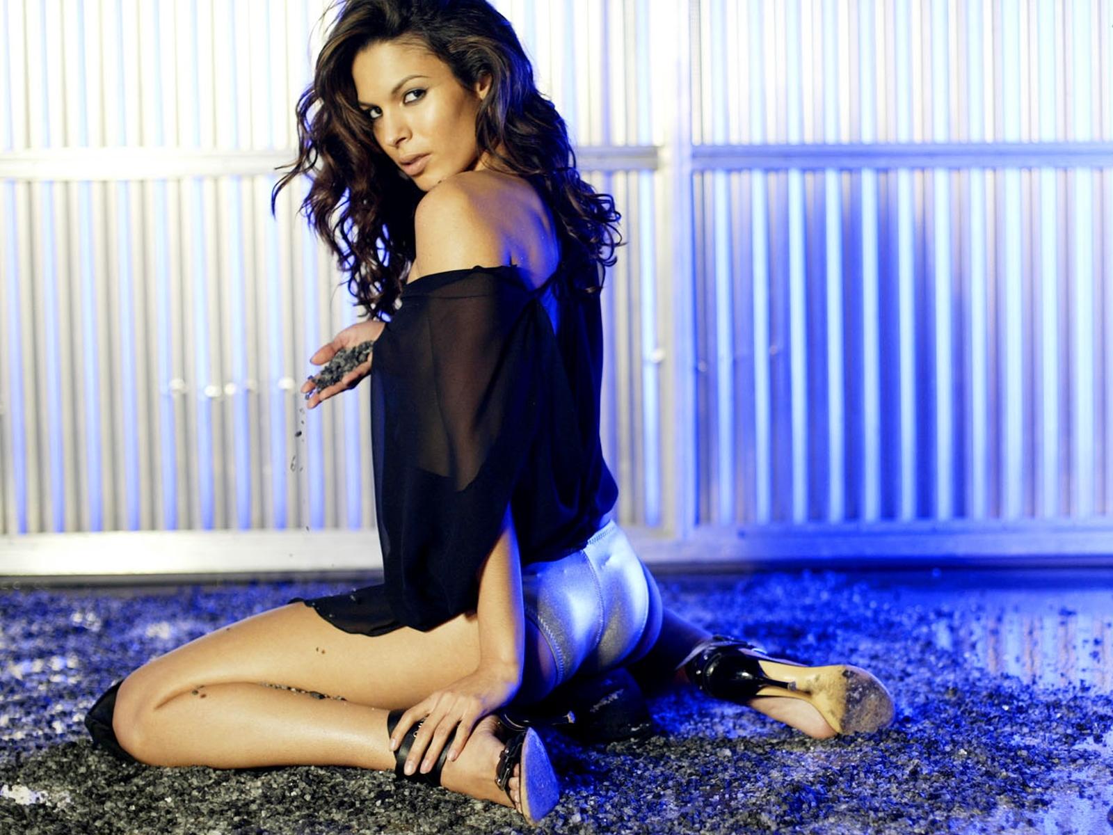 http://2.bp.blogspot.com/-ZNQYw0xMXvc/TfDunGbFWfI/AAAAAAAAAJI/2mM854WP0i0/s1600/Nadine_Velazquez_001_3059_Wallpaper.jpg