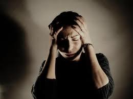 Esta imagen representa una persona que tiene una fuerte cefalea.