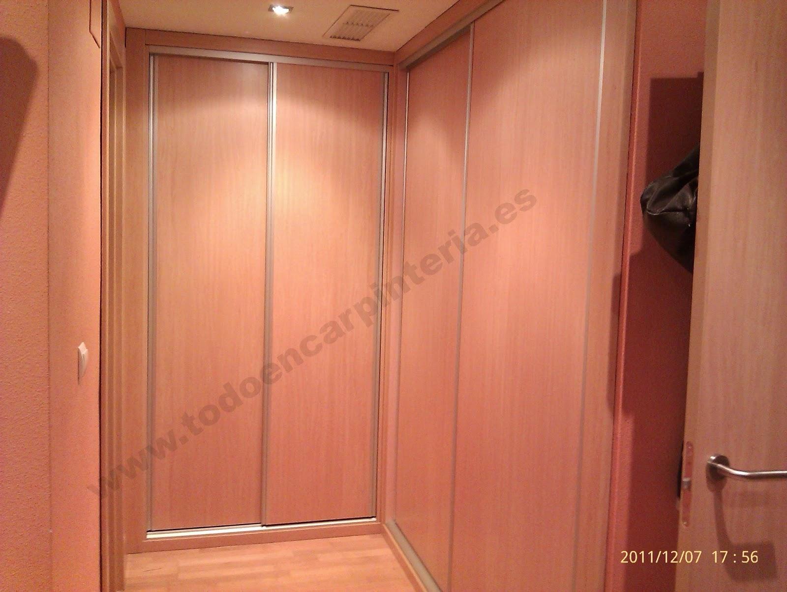 Vestidor con puertas deslizantes de madera de mukali