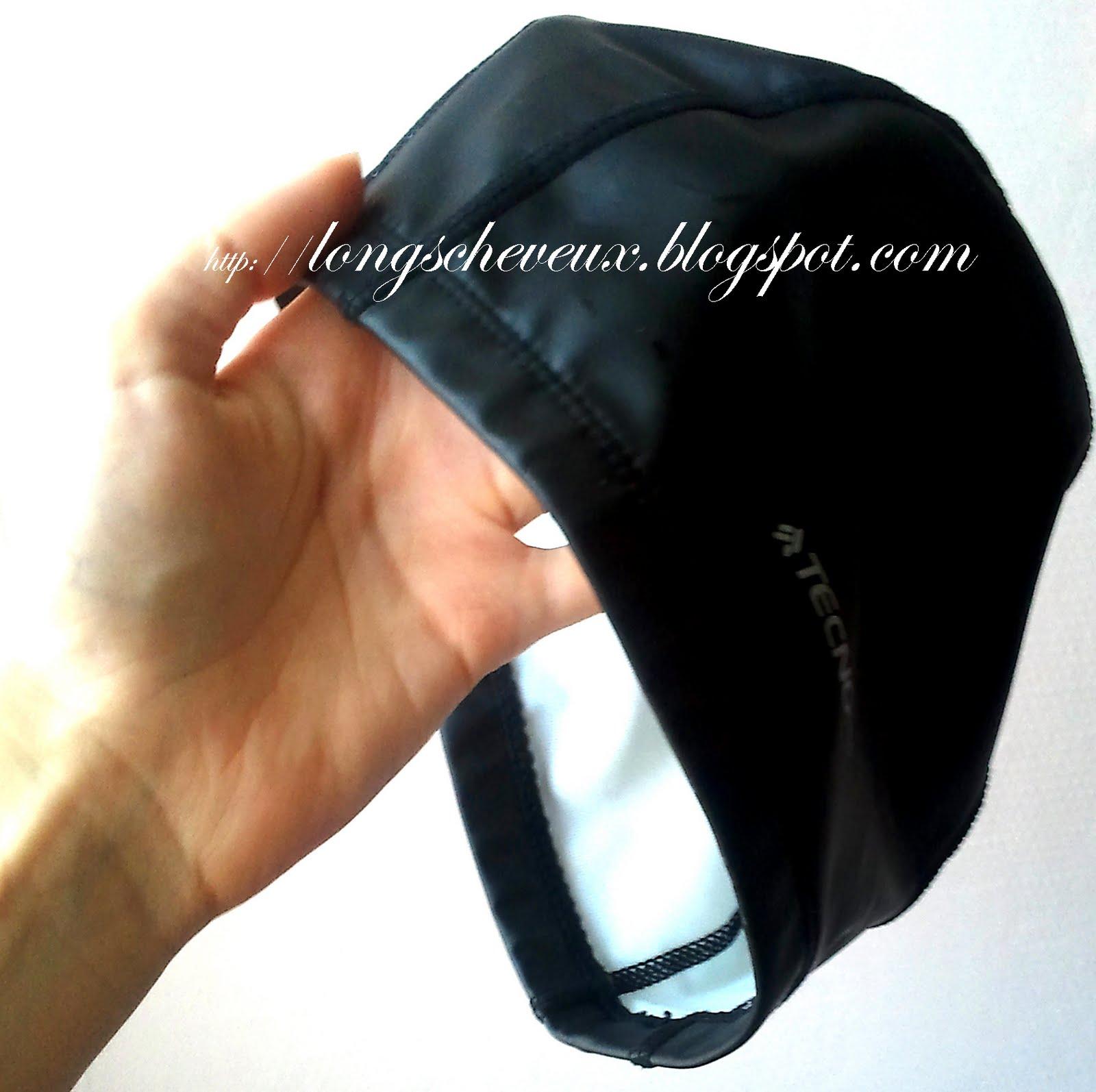 J\u0027ai opté pour un bonnet « alternatif ». L\u0027extérieur est en silicone,  tandis que l\u0027intérieur est en tissu synthétique. Il glisse facilement sur  la tête,