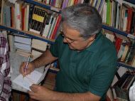 El autor firmó todos los libros