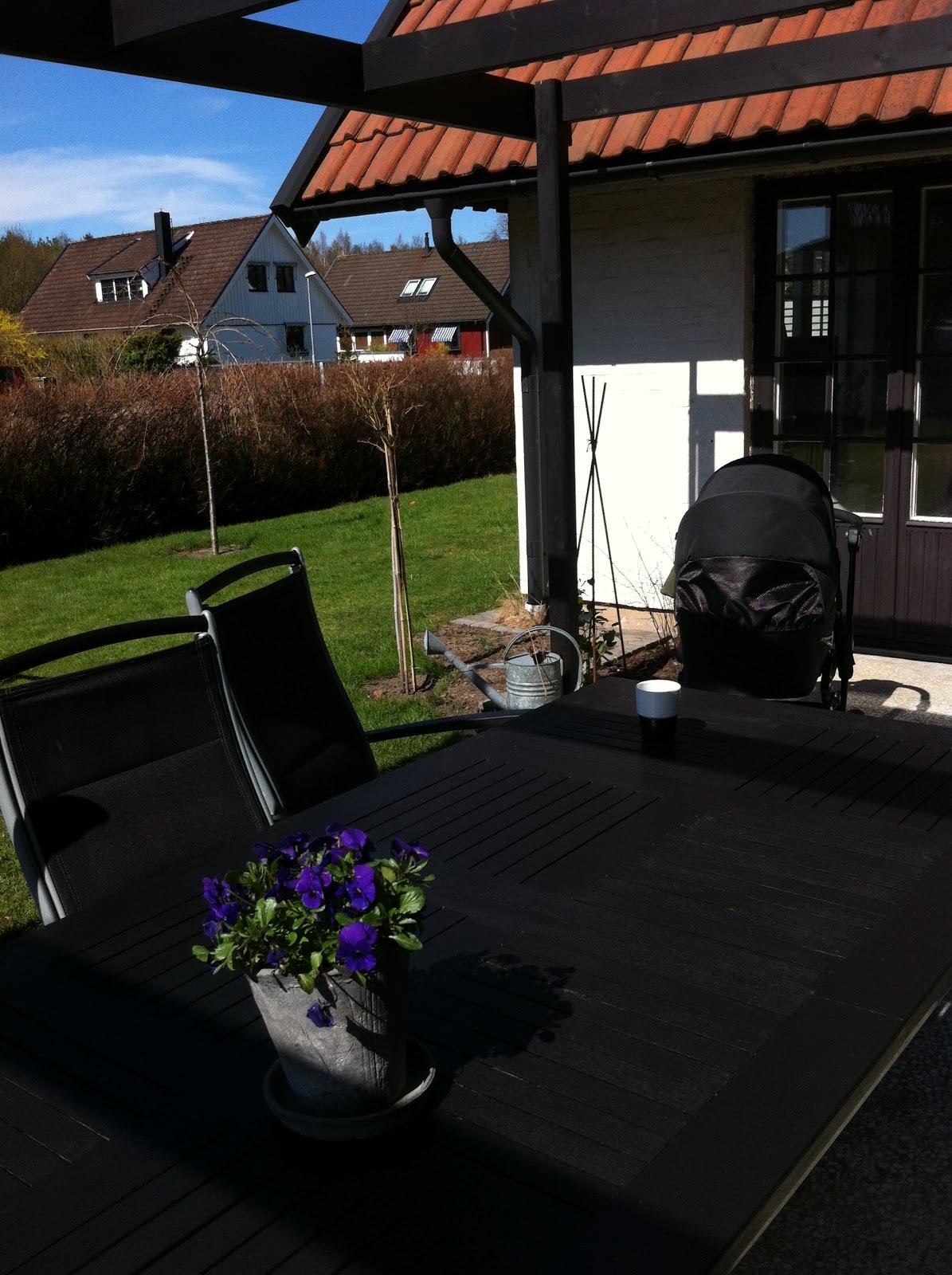 Ockes vita villa: altan bordet blev svart