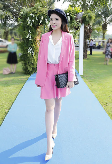 Hoa hậu Kỳ Duyên nhận được nhiều ý kiến khen chê trái chiều về bộ trang phục gam hồng và trắng do Linh Đoàn thiết kế