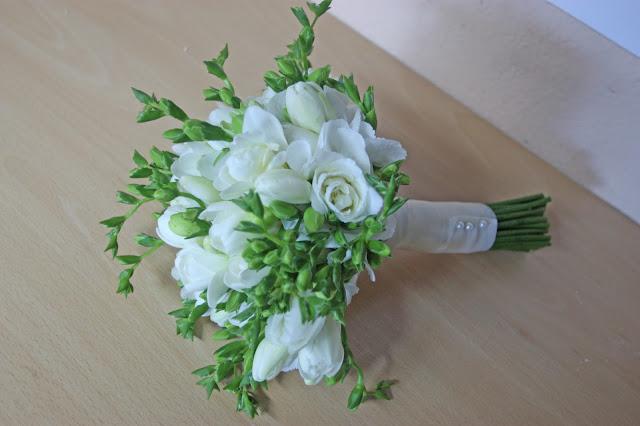 Brautstrauß mit weißen Fresien von Passiflori Penzberg