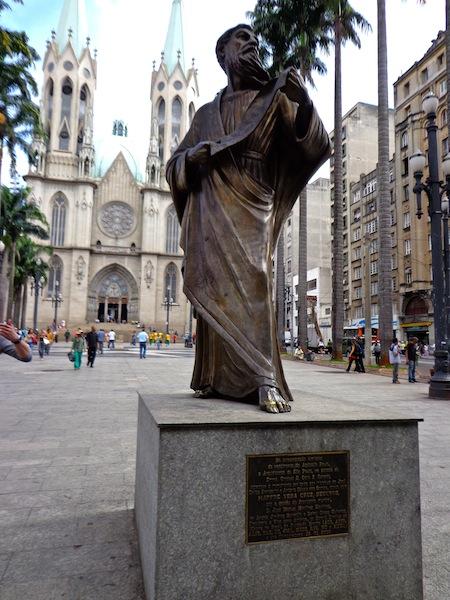 APÓSTOLO PAULO EM FRENTE À CATEDRAL DA SÉ