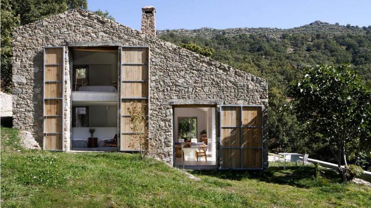 Boiserie & c.: ristrutturare un casale ex stalla in stile con pietra