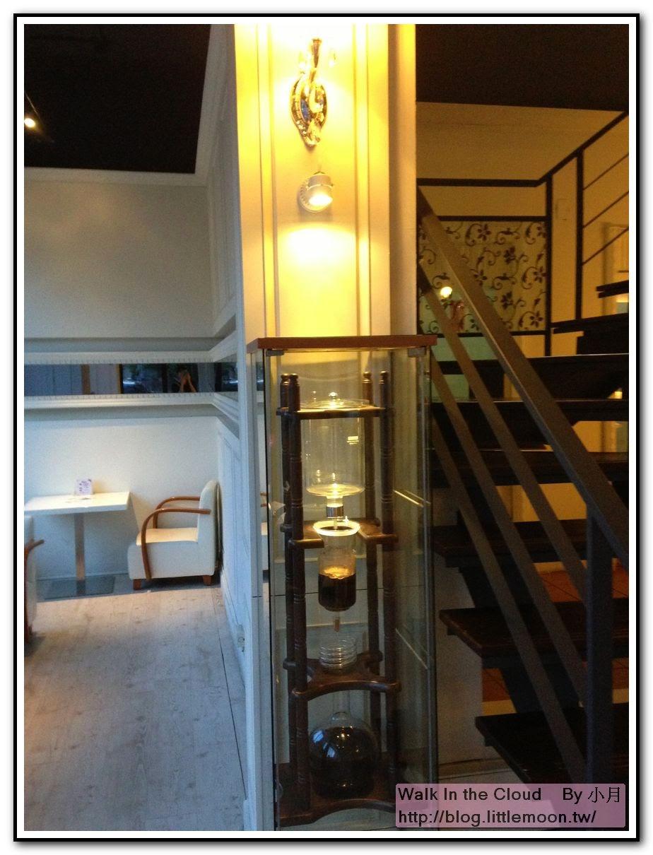 樓梯與展示櫃