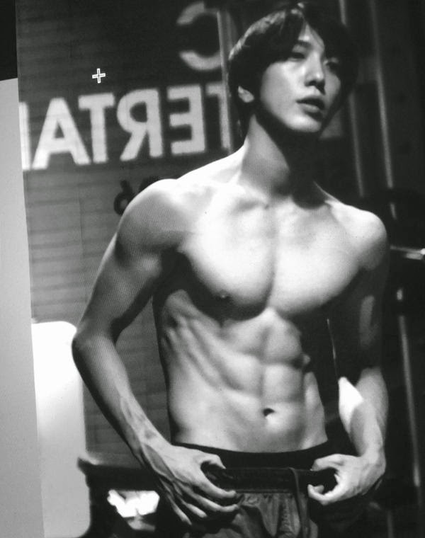 Yonghwa surprises fans with his toned topless image