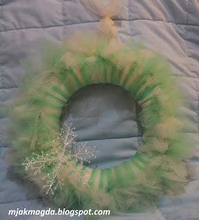 wianek, wianuszek, ozdobny, ozdoba, dekoracja, dekoracyjny, tiul, z tiuli, tiulowy, biel, biały, kokarda, na ścianę, do powieszenia, święta, Boże Narodzenie, całoroczny, handmade, śnieg, śnieżynka, wreath, decorated, decoration, decoration, decorative, tulle with tulle, tulle, white, white, bow, on the wall, hanging, holidays, Christmas, year-round, handmade, snow, snowflake