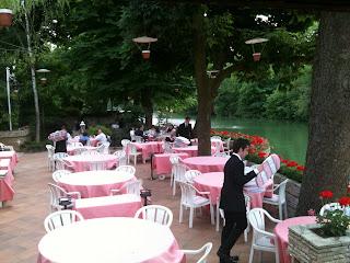 マーヌ川に面したテラス席