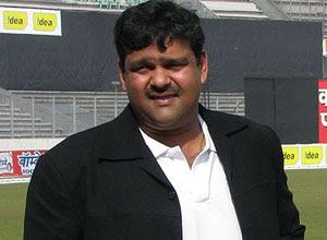 সরে দাড়ালেন আকরাম খান