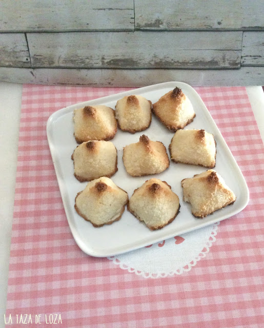 bandeja con pastelitos italianos de coco