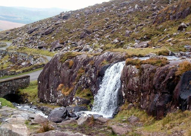 Un pequeño salto de agua en el Conor Pass