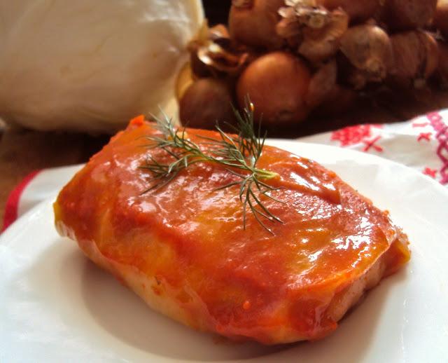 Gołąbki z ryżem i z sosem pomidorowym
