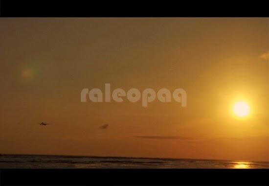 Pemandangan matahari yang hampir tenggelam (sunset) di Pantai Jerman dan tidak jauh dari matahari tersebut terdapat pesawat yang sebentar lagi akan mendarat di bandara Ngurah Rai - Bali.