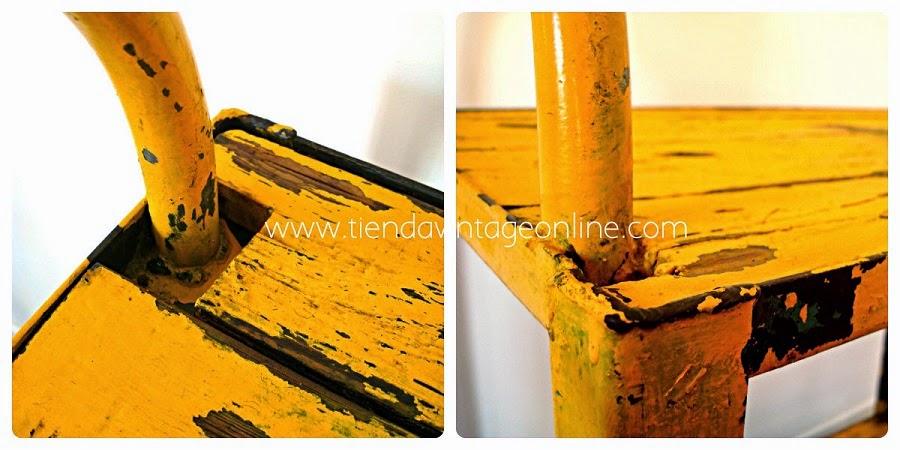Mesas vintage auxiliares decapadas de madera y metal