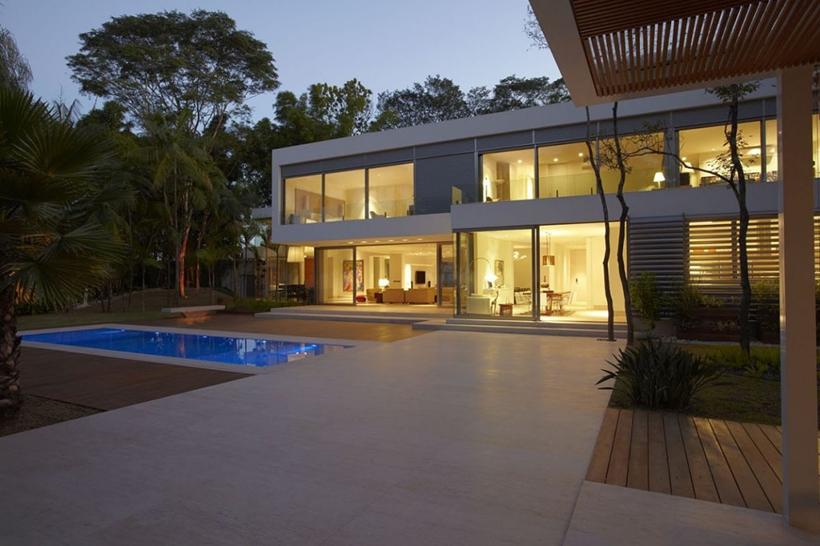 Backyard and The Morumbi Residence by Drucker Arquitetura at night