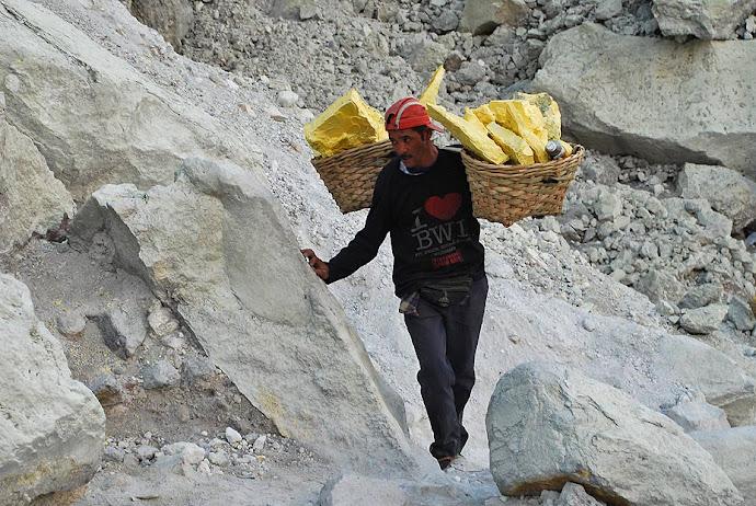 Minero cargado de azufre