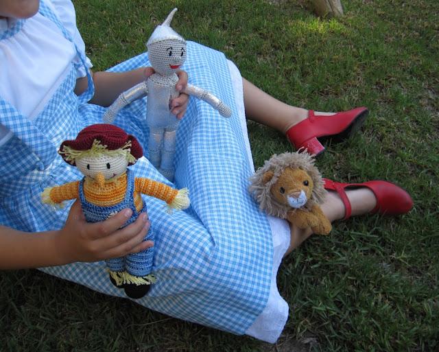 Dorothy, el espantapájaros y el hombre de hojalata encuentran al león.