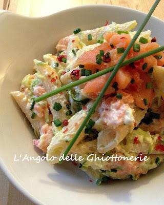 insalata di pasta con yogurt greco, zucchine e trancetti di salmone fumé, marinato con pepe rosa, zeste di limone ed erba cipollina