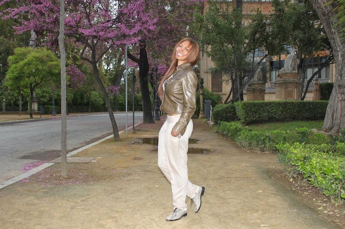 Chaqueta Gucci, crop top Studio F, pantalon de Blanco, zapatos Office London.