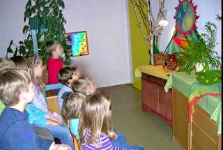 Publikum bei Monatsfeier im Kindergarten, April, Puppenspiel