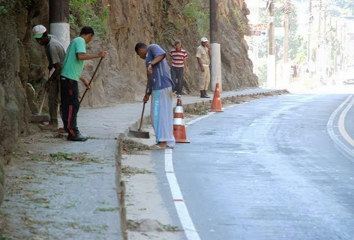 Funcionários da Prefeitura fazem limpeza geral na Av. Pres. Roosevelt, na Barra