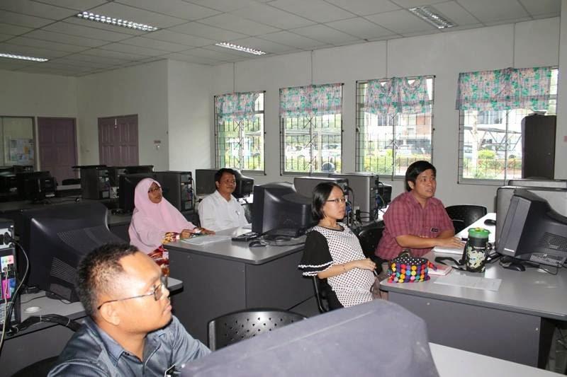 Guru-guru SMK Bawang Assan mendengar perkongsian daripada CIkgu Hailmi