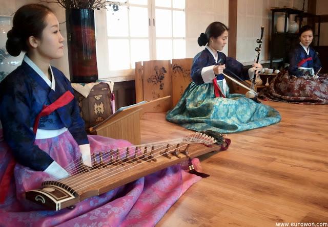 Chicas interpretando música tradicional coreana