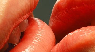 8 Teknik Ciuman Sensasional Menggairahkan