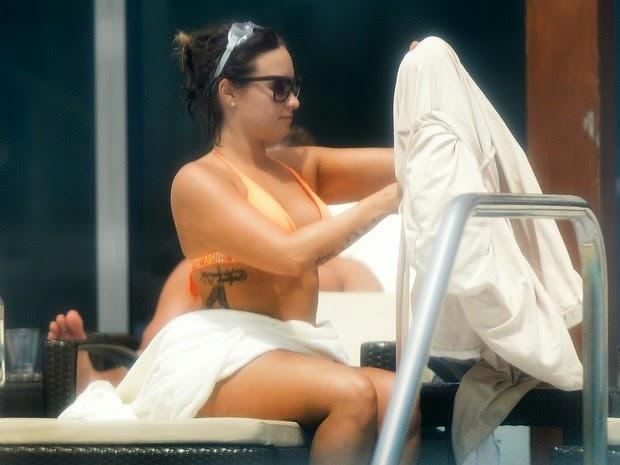 Demi Lovato hides the tummy with a towel