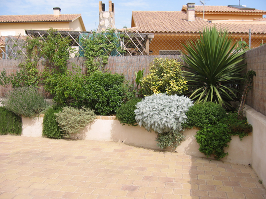 Arte y jardiner a ornamentos en el jard n for Arriate jardin