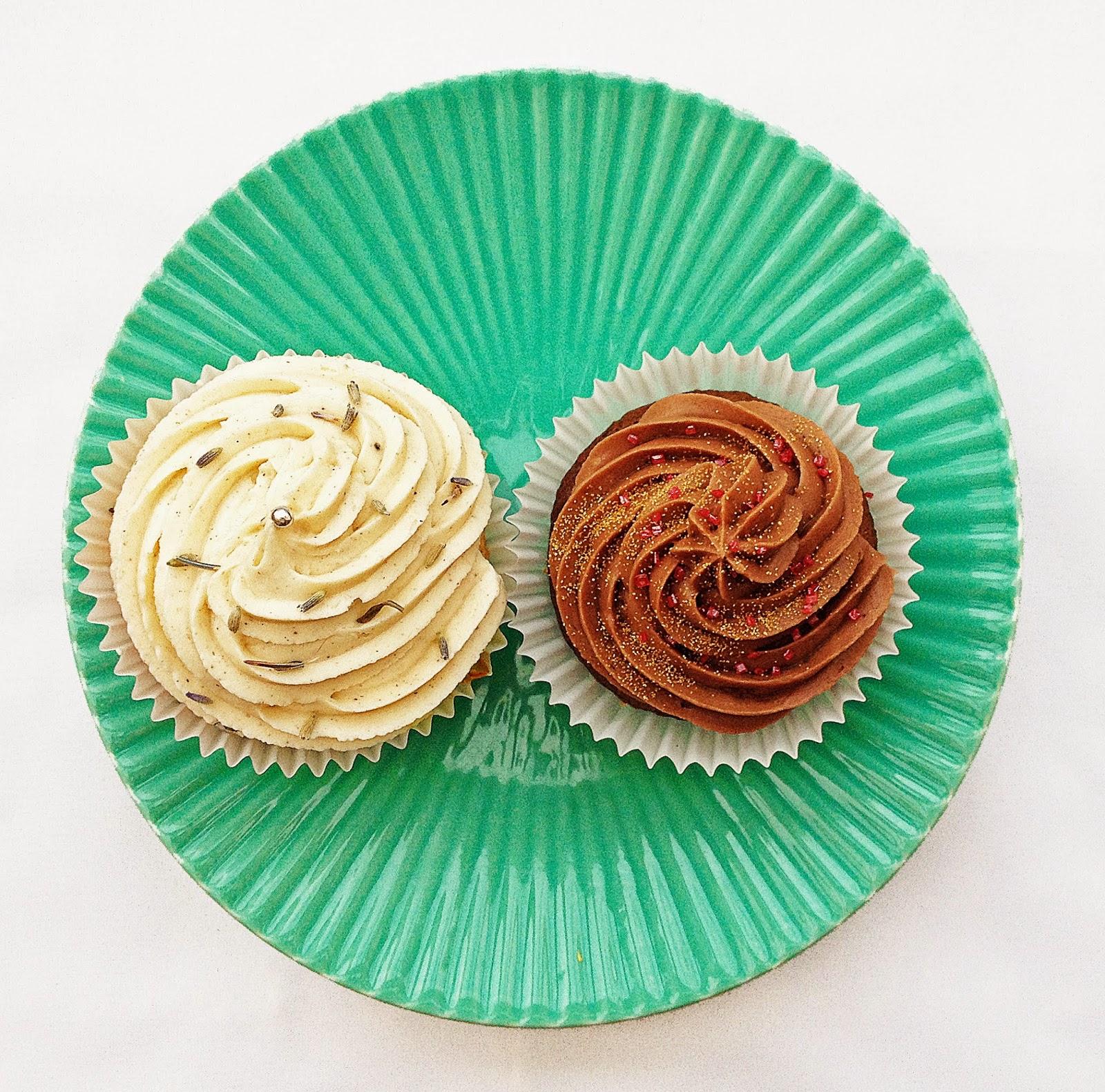 chocolate cupcake, vanilla cupcake