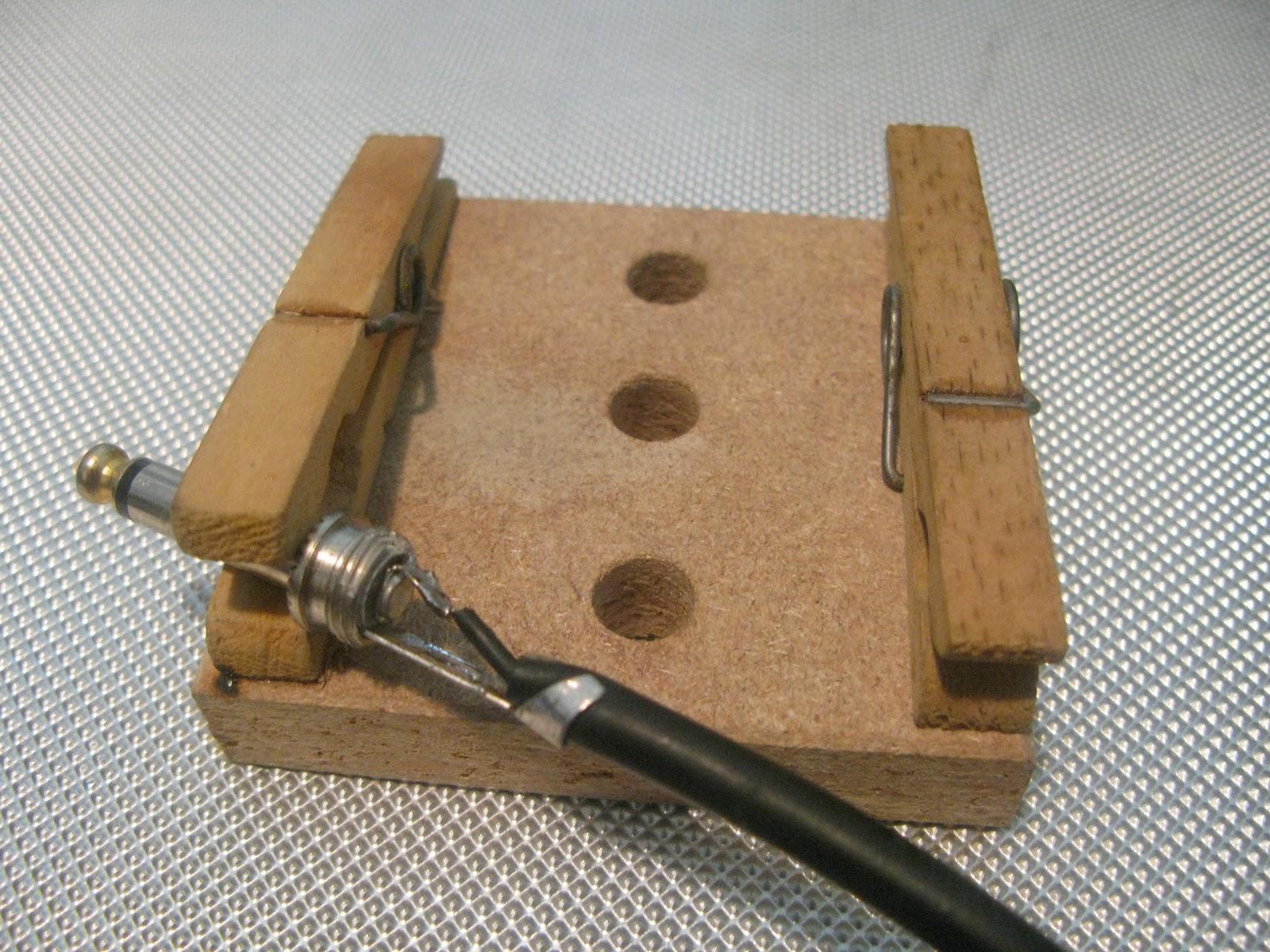 um suporte menor com um jacarezinho de multímetro preso num a  #634B30 1600x1200