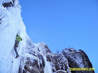 Escalada en hielo en Valdecebollas , guias de montaña de Picos de europa, guiasdelpicu.com