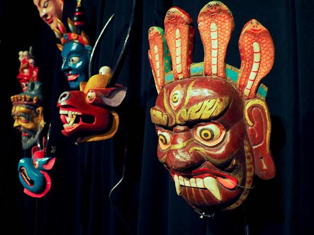 India, máscaras en el TOPIC de Tolosa