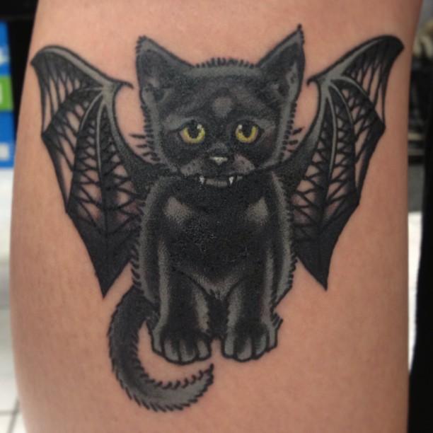 chica con tatuaje de gato